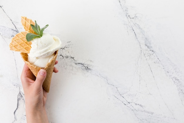 Cone de waffle de sorvete de baunilha decorado