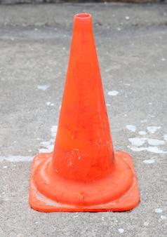 Cone laranja sinalizando algo