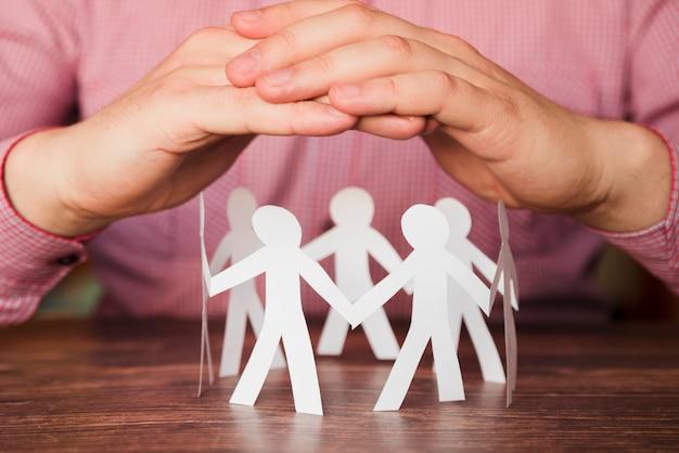 Conectado em pessoas de papel círculo