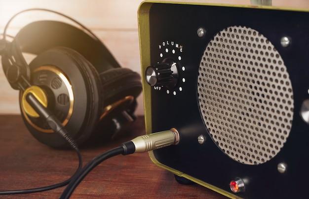 Conectando o cabo do fone de ouvido no conector do amplificador trs