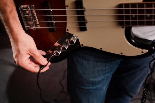 Conectando o cabo na guitarra elétrica