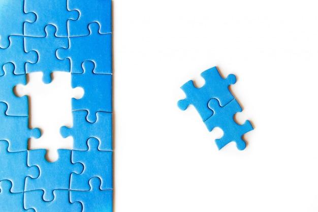 Conectando peça de quebra-cabeça, negócios, sucesso e estratégia, educação, sociedade e chá