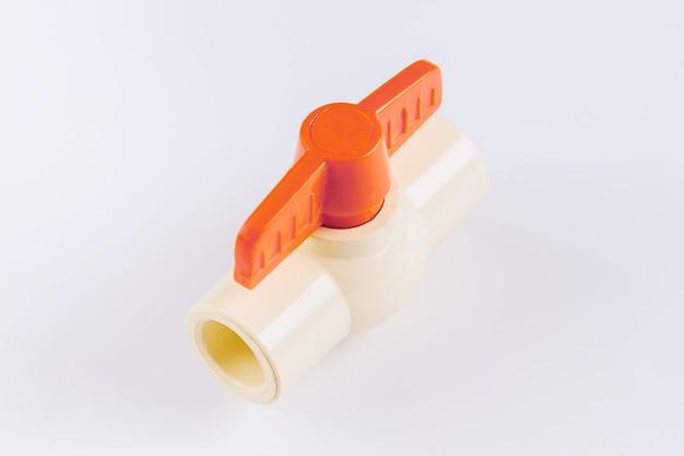 Conectando-se com válvula de plástico redpvc close-up para abastecimento de água isolada no fundo branco