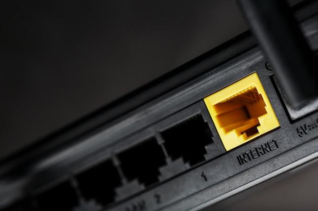Conector amarelo de internet para conexão com a rede