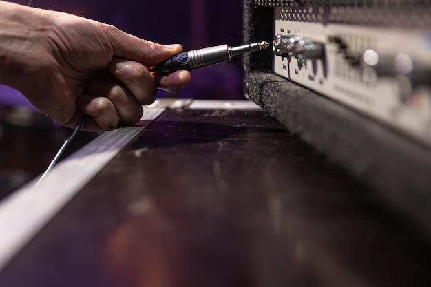 Conector de áudio jack sendo conectado a uma tomada em um dispositivo de áudio para música, áudio.