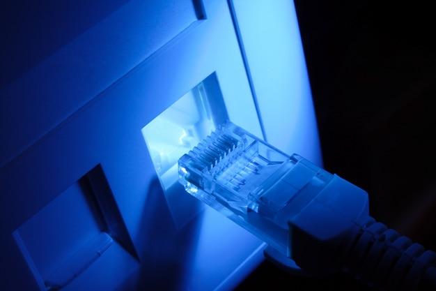 Conector do cabo de rede, cabo lan, cabo rj-45 azul.