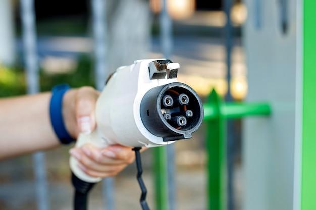 Conector para carregar carros elétricos no estacionamento