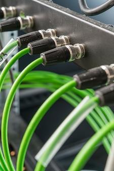 Conectores coaxiais para hardware de servidor para transmissão e transmissão de áudio e vídeo no setor de televisão