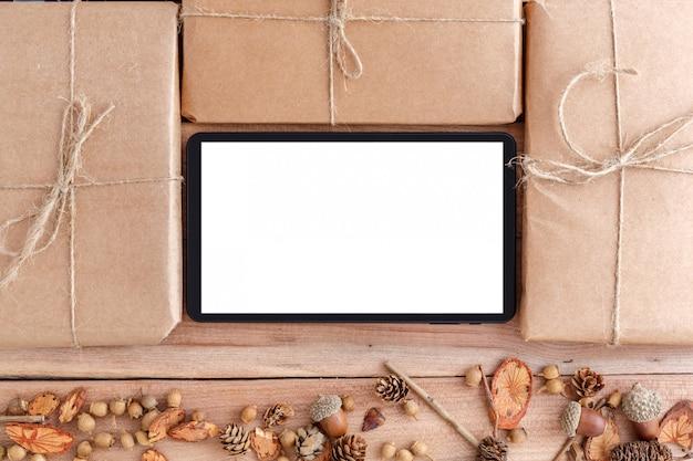 Cones, bolotas e pedaços de madeira com uma embalagem embalada e comprimido