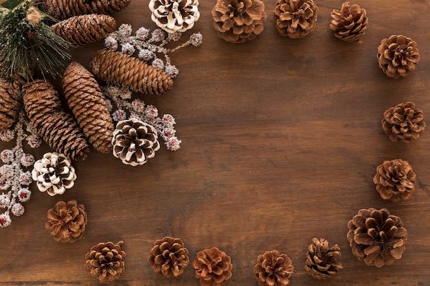 Cones com bagas congeladas na mesa
