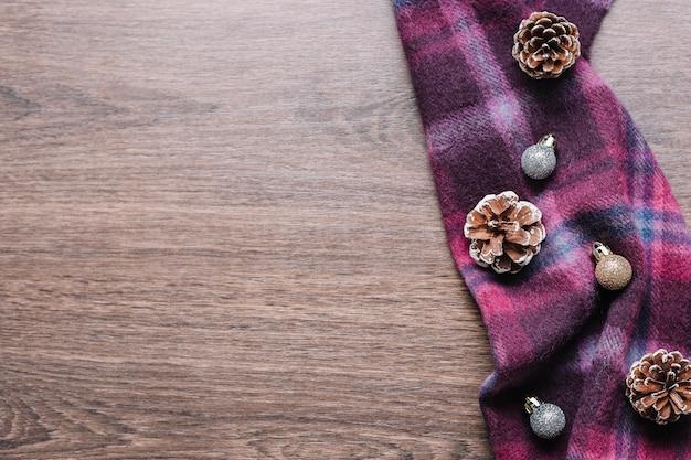 Cones com pequenas bugigangas brilhantes na mesa
