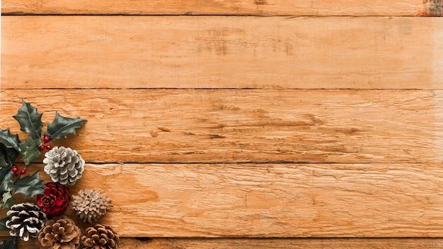 Cones com ramo de azevinho na mesa