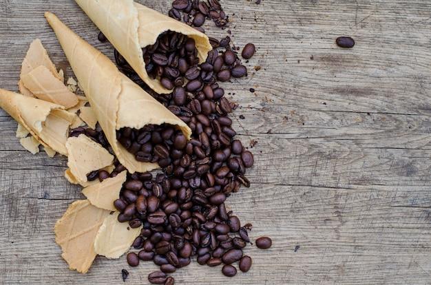 Cones de açúcar com grãos de café
