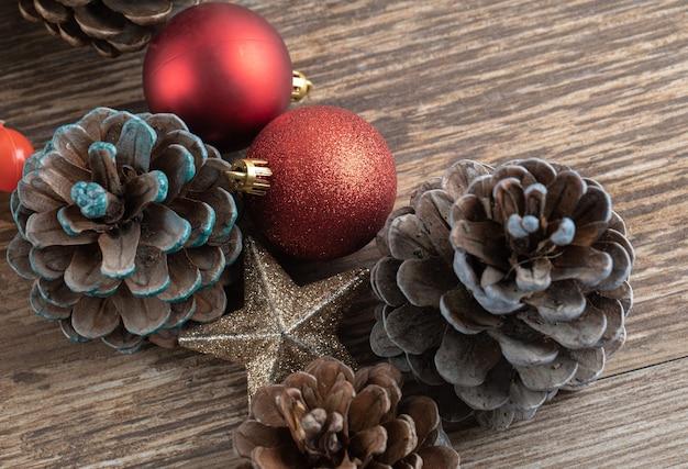 Cones de carvalho natural em um deck de madeira com enfeites brilhantes ao redor