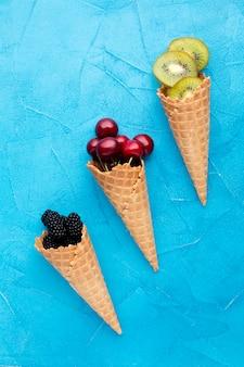 Cones de gelado plano-leigos com bagas
