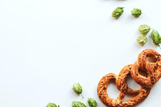 Cones de lúpulo e pretzels em branco