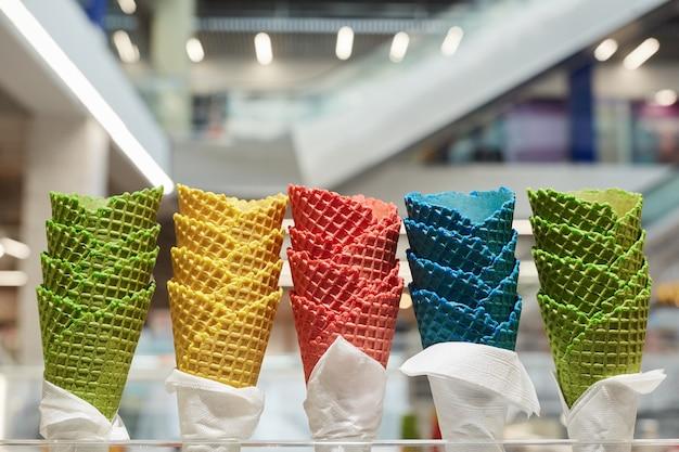 Cones de sorvete coloridos em barraquinha de sobremesa em shopping