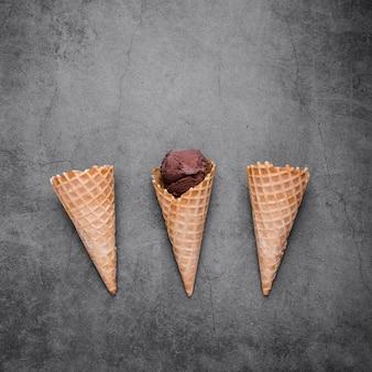 Cones de sorvete cópia espaço na mesa