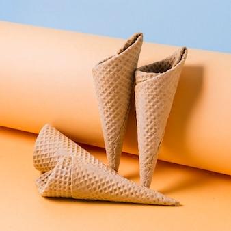 Cones de sorvete de alto ângulo na mesa