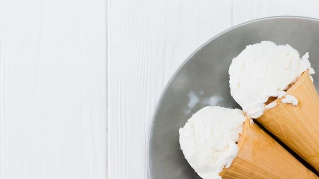 Cones de sorvete de baunilha delicioso na placa