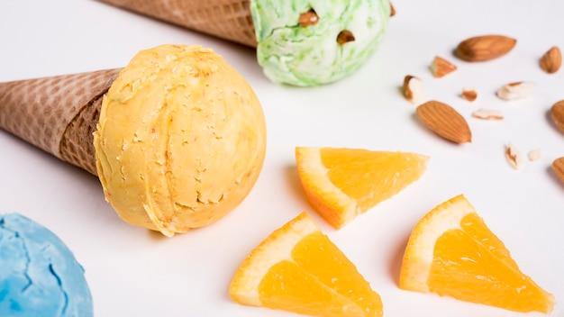 Cones de sorvete delicioso close-up em cima da mesa