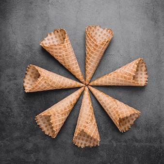Cones de sorvete vista superior na mesa