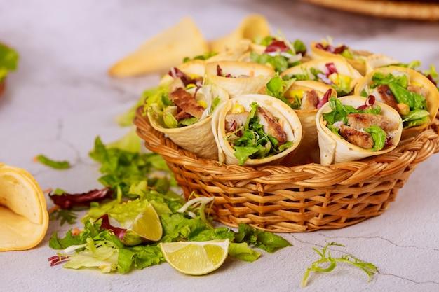 Cones de tortilhas mexicanas cheias de carne, milho e salada
