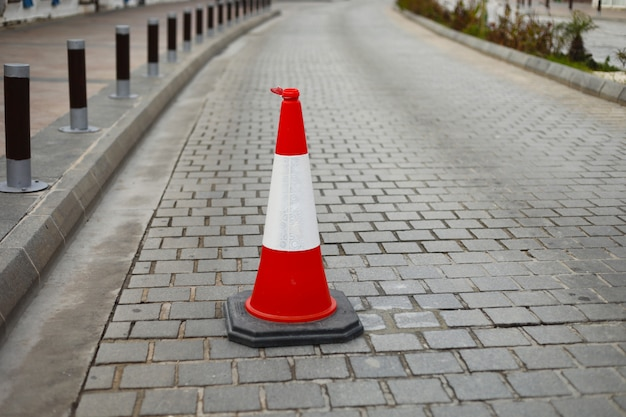 Cones de trânsito de plástico na estrada para limitar o transporte. cone da estrada. sinal de trânsito ou indicador. segurança na estrada. copie o espaço. foco seletivo