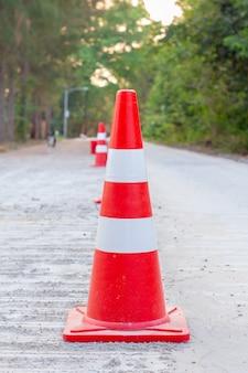 Cones de trânsito são colocados em estradas que estão em construção.