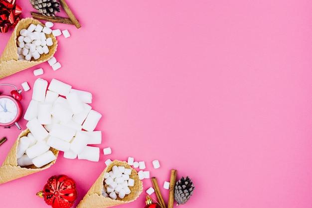 Cones de waffle com brinquedos de natal na mesa