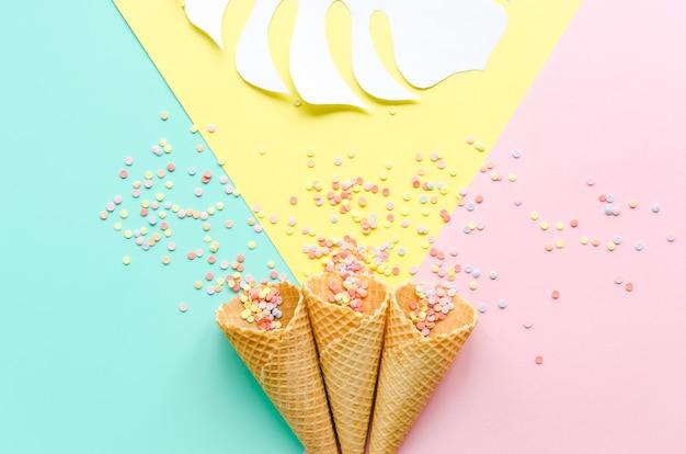 Cones de waffle com polvilha de açúcar e folha de palmeira