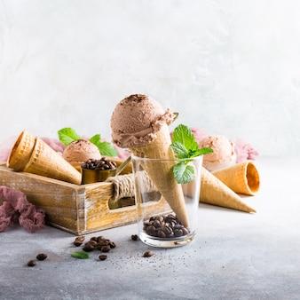 Cones de waffle com sorvete de café