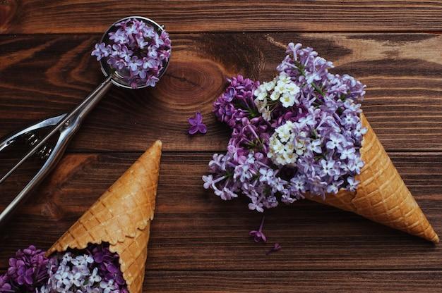 Cones de waffle de sorvete com flores lilás