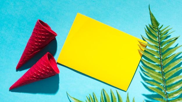Cones de waffle e folha de papel na luz de fundo