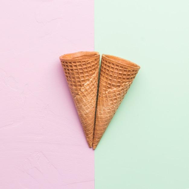 Cones de waffle em fundo de cor diferente