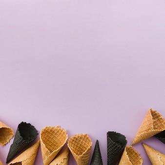 Cones de waffle não preenchidos normais e a carvão