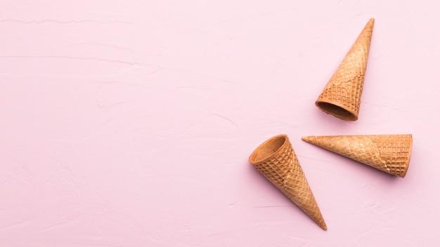 Cones de waffle no fundo rosa textura