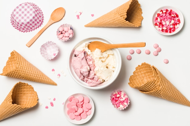 Cones de waffle perto de sorvete no prato e polvilha