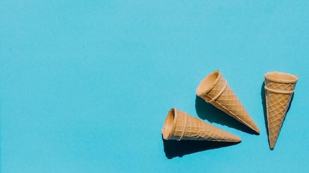 Cones de waffle recém-assados na mesa