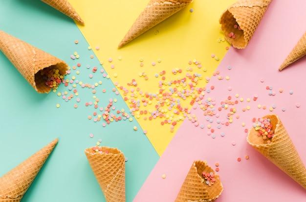 Cones de waffle vazio com açúcar polvilha