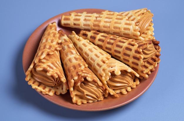 Cones de waffles com leite condensado fervido no prato