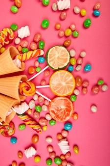 Cones de waffles de sorvete com doces coloridos