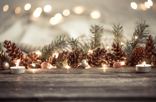 Cones e luzes do ano novo festivo.