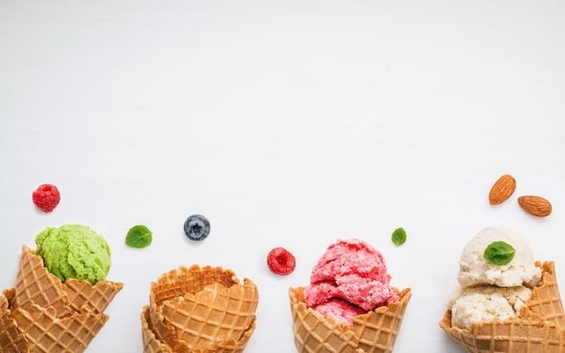 Cones e várias frutas coloridas para o conceito de menu verão e doce.