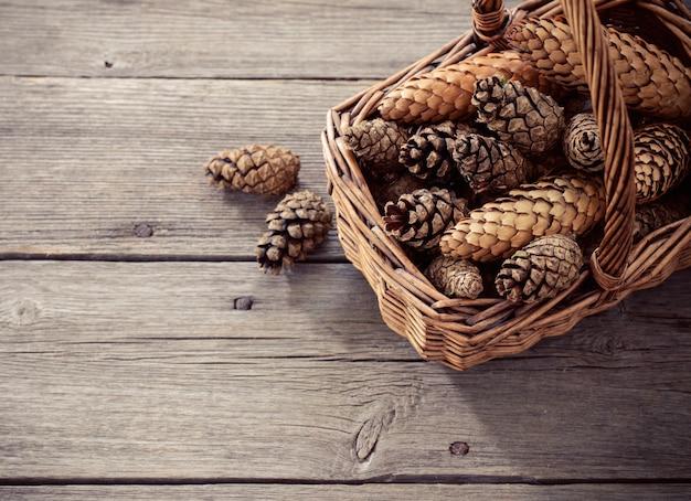 Cones em um fundo de madeira