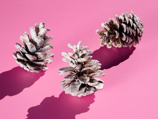 Cones gelados em fundo rosa