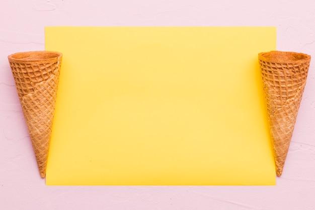 Cones vazios do waffle no fundo diferente da cor
