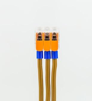 Conexão de cabos elétricos ao bloco de terminais