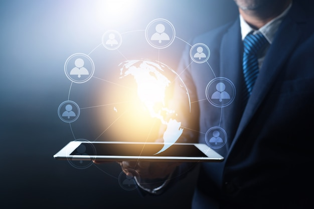 Conexão de rede global e alta tecnologia, empresário segurando o tablet com glob terra com linha conectar, em todo o mundo, o conceito de internet de rede, elemento desta terra fornecido pela nasa