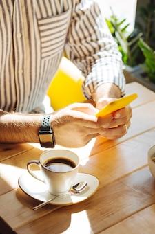 Conexão online. vista superior de um telefone celular moderno sendo usado para comunicação online